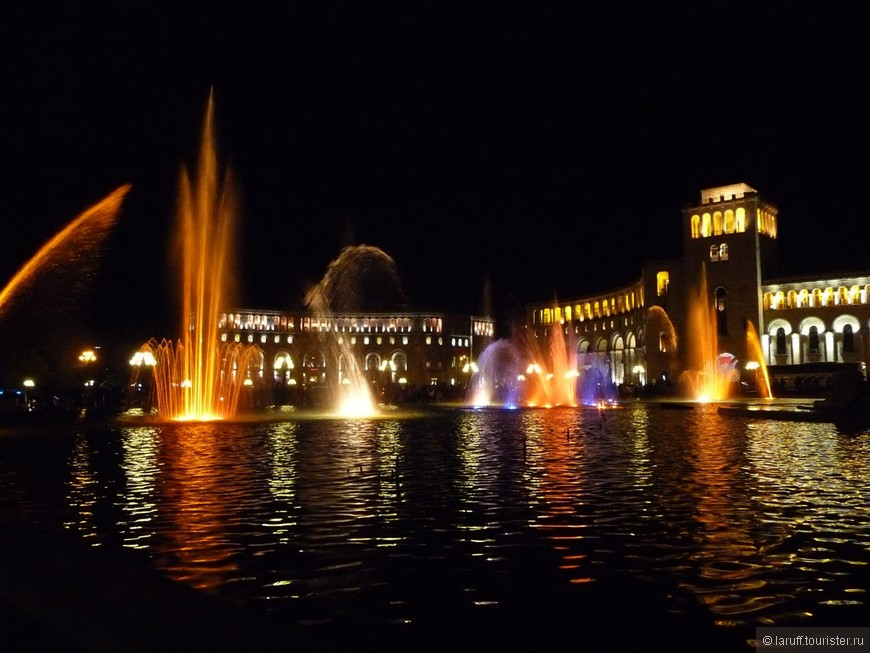 А это центральная площадь Еревана, на которой расположены основные госучереждения, гостиница Marriott, поющие фонтаны и стоянка такси размером с аэродром.