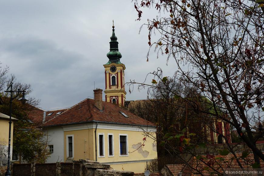 Ввиду того, что начиная с XIV века Сентедре массово населяли сербы, здесь были построены и действуют поныне православные церкви.      Вот это - Сербская православная церковь.