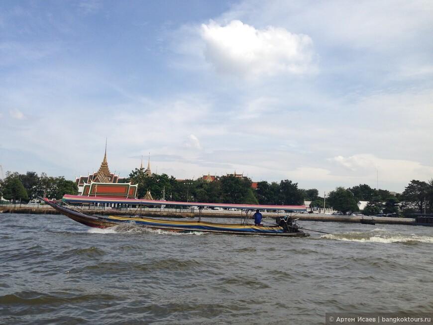 Королевский Дворец и длиннохвостая лодка, г. Бангкок, Королевство Таиланд.
