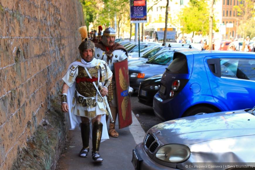 Вот таких римлян мы встретили на подходе к колизею