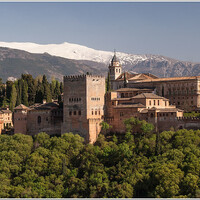 Альгамбра на фоне горных вершин Сьерра-Невады.