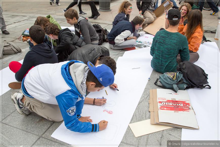 На подступах к Дуомо собрались студенты и что-то вдохновенно творят.