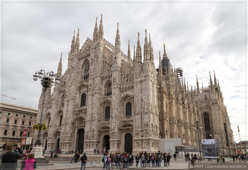 Дуомо ди Милано - это целый музей под открытым небом, посвященный готической архитектуре и скульптуре, образцов которой внутри собора и по его фасадам насчитывается порядка трёх тысяч.