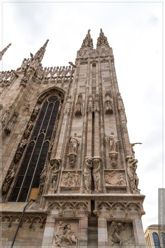 Кандолийский мрамор со своих карьеров герцог Висконти предоставил бесплатно, за что отказаться от вознаграждения предложено было и всем строительным рабочим. А на грузах, предназначавшихся для собора, писались буквы «A.U.F.» («ad usum fabricae», то есть «для строительства»), что освобождало ввозимый товар от всех податей. С тех пор в Милане появилось выражение «a ufo», что означает «бесплатно» или «на халяву». (http://platpaul.livejournal.com/220283.html)