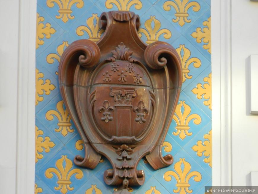Почему на Васильевском французский герб ?