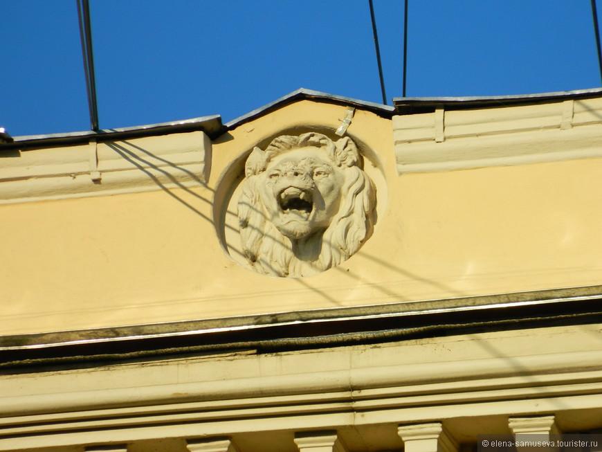 А этот лев каждое утро встречает меня , когда я спешу на работу . Мне он улыбается !