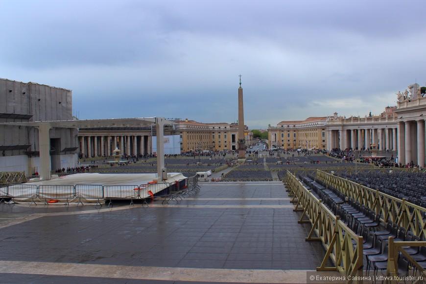 Площадь у собора Св. Петра. В воскресение здесь можно со всеми итальянцами посидеть и посмотреть как Папа Римский им машет ручкой.