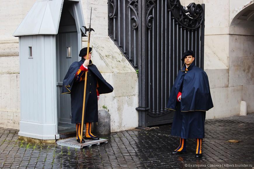 Ватикан охраняют швейцары, жаль из-за дождя не разглядеть костюма
