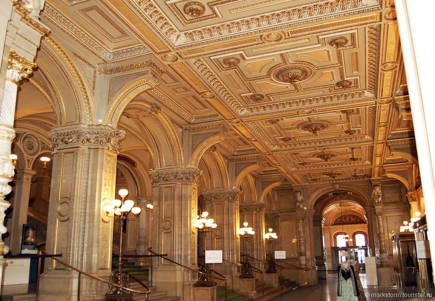 Ожидаем экскурсию по Венской Опере...Делаю щелк-щелк...Видны платья на каркасах-желающие  встают за ними и представляют себя в далеком прошлом...