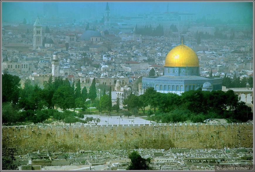 """3 тысячи лет назад город назывался Ирушалем, есть гипотеза, что от """"иарах"""" - """"основывать"""" и """"Шалим"""" - от имени божества заката. То есть Ирушалем - """"основание Шалима"""",  """" основание заката"""". В Мидрашах название города связывают с """"Шалом"""" - мир. Позднее греческое название города связывает его с оплотом святости, вот почему """"иерос"""" по -гречески - """"святой"""".  Так перетекают сквозь века слова Мир и Закат. Иерушалаим - и город Заката, и город Мира. Может быть, и  поэтому так трудно нам сегодня отделить обыденное от святого."""