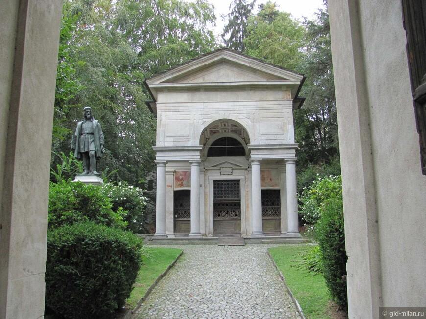 Первая капелла, а рядом с ней памятник самому известному из работавших здесь художников:  Гауденцио Феррари, который жил начале  XVI века.