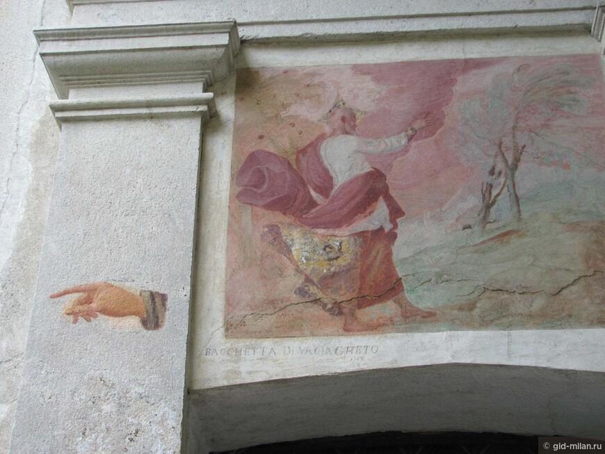 Указание направления движения на стене одной из капел.