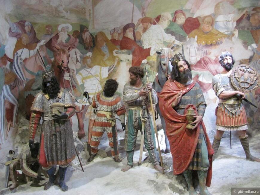 А это волхвы, которые пришли поклониться младенцу Иисусу. Бороды и шевелюры настоящие!