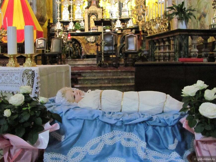 А вот эта трогательная куколка - новорожденная Богородица. В наших краях особый культ Марии-младенца, не всегда известный в других частях Италии.