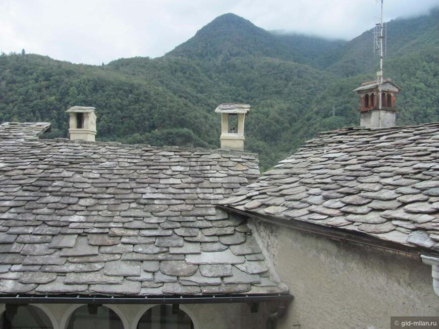 В горных долинах крыши издревле покрываются каменными пластинами  без какого-либо крепежа. Плиты эти лежат прочно только под действием собственной тяжести. И немудрено, ведь вес квадратного метра такого покрытия сотни и сотни килограммов.