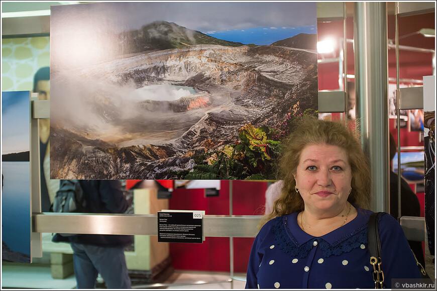 Галина на фоне фотографии мужа!