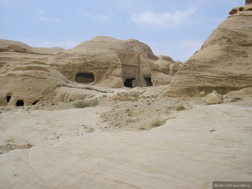 на территории Петры.Изначально Петра создавалась как некрополь, вырубленный в скалах, в непроезжем месте