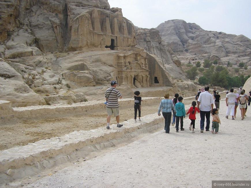 Некоторые гробницы представляют собой классические образцы искусной детальной работы, другие отличаются типичными набатейскими декоративными элементами и свидетельствуют о влиянии ассирийского и египетского архитектурных стилей.