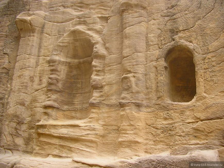 За сокровищницей открывается сама долина и целый ряд скальных гробниц из песчаника нежно-розового и других оттенков.