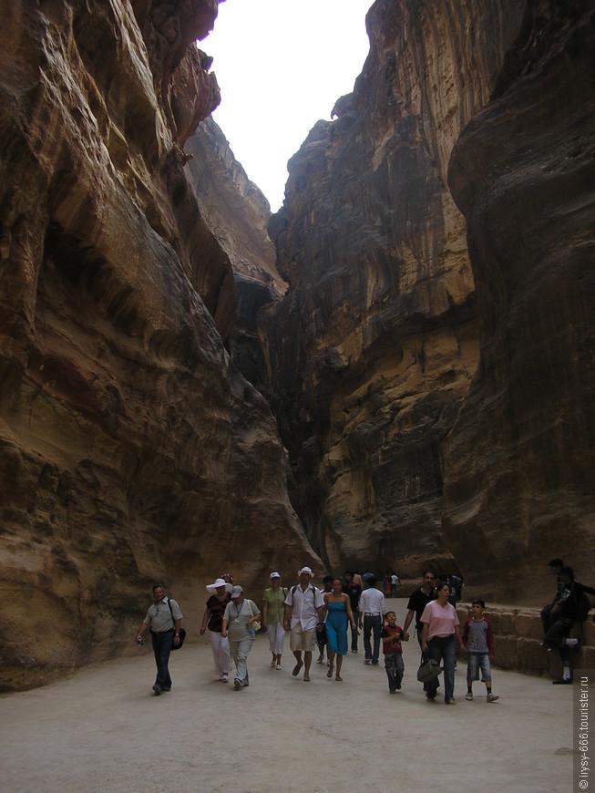 Вождь отвел Буркхардта к Зику, узкой расселине длиной 1200 метров (через нее и сегодняшние посетители попадают прямо к сооружениям).