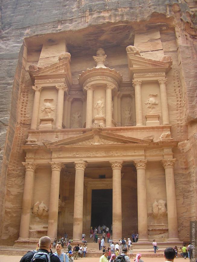 Ученый увидел, что стоит возле какого-то здания. Это была сокровищница, или эль-Хазне, самый знаменитый в Петре памятник, хотя его стиль скорее можно назвать классическим, чем набатейским. В урне, венчающей верхнюю часть фасада, по всей вероятности, когда-то раньше хранились сокровища фараона.