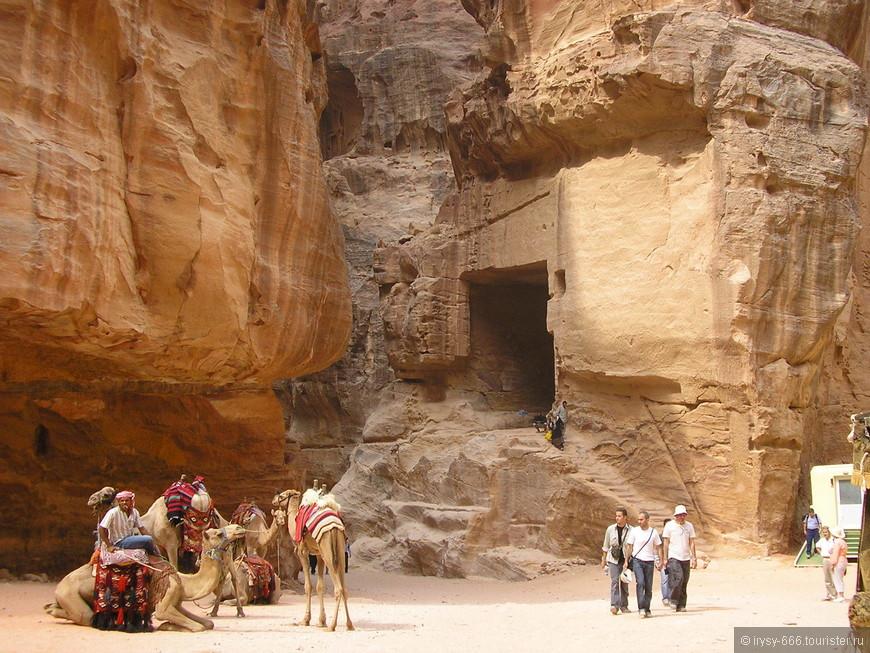 путешественники впервые встречается с таинственными пещерами высоко в горах. Ученые считают, что это гробницы. На то, что здесь мог быть захоронен человек, указывает лестница над входом в гробницу.