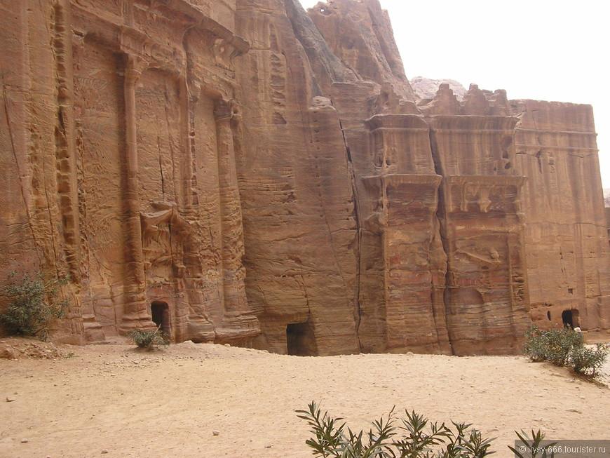 Гробницы могут быть как на уровне земли, так и высоко на горе.