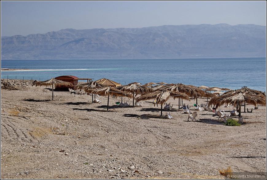 67 км длиной и 18 -шириной. Самое низкое на земле. Второе в  мире по солености - после озера Ассаль в Африке.