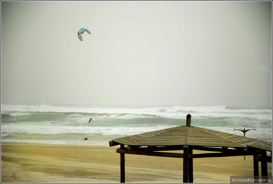 Благодаря большим волнам недалеко от Нетании часто можно увидеть серферов.