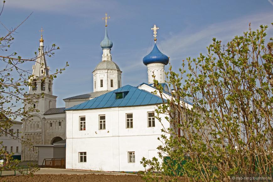 Боголюбово основано в 1158 году Андреем Боголюбским как княжеская резиденция. Существует легенда, по которой на этом месте князю явилась Богородица, приказав основать здесь город и монастырь.