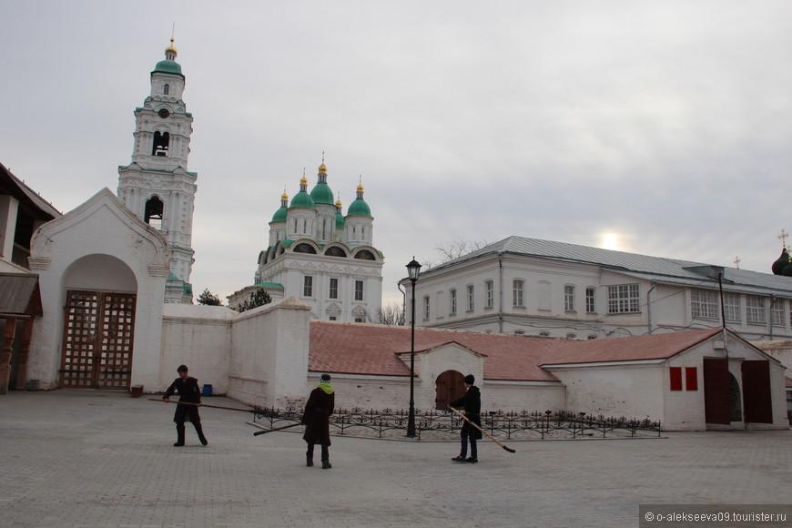 Артиллерийский (Зелейный) двор астраханского кремля. Зелейный двор с пороховым погребом расположен в северо-восточной части кремля, рядом с артиллерийской башней, и является ровесником стен и башен кремля.
