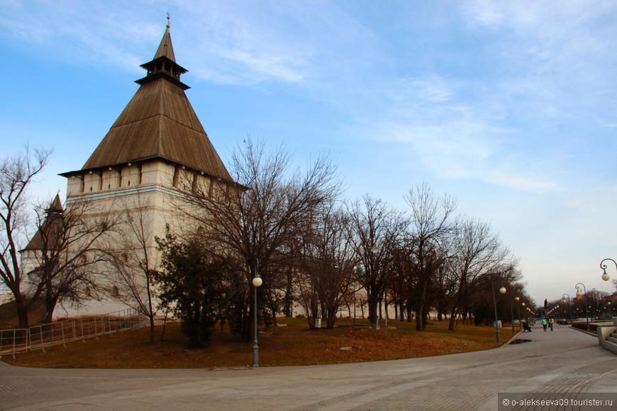 Башня Крымская. Свое названия башня получила благодаря расположению - напротив нее на правом берегу Волги проходила дорога, именовавшаяся Крымским шляхом отчего и башня стала именоваться Крымской.