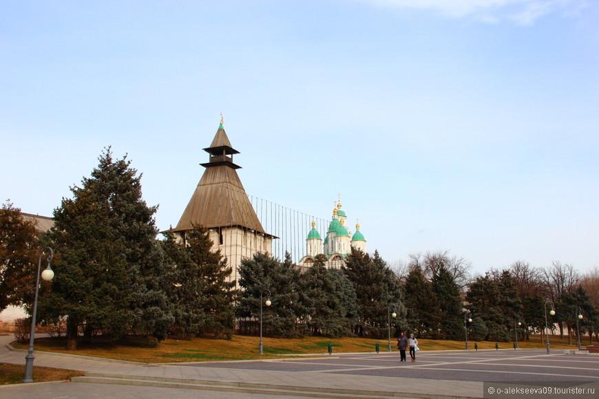 Башня Житная. Житная башня самая небольшая из всех кремлевских башен. Защищенная с двух сторон Житным двором и озером, она находилась в наименее опасном месте, что отразилось на ее конструктивных особенностях и размерах.