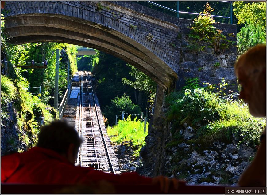 На стареньком фуникулере, если лень идти пешком, можно доехать до водопада за 8 швейцарских рублей.