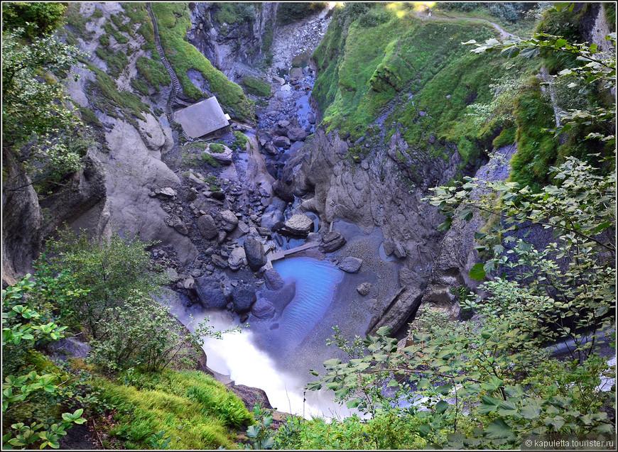 Обязательно нужно подняться наверх,идти по лесу  минут 20 и будут открываться потрясающие виды и на водопад, и на Райхенбахскую долину....