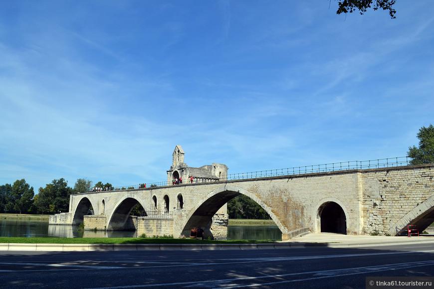 Легендарный полуразрушенный Мост Сен-Бенезе (Pont Saint-Benezet)  доходит до середины Роны.