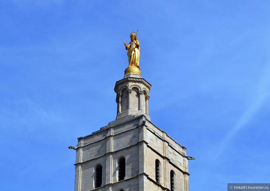 Золотая статуя Девы Марии на башне Кафедрального собора