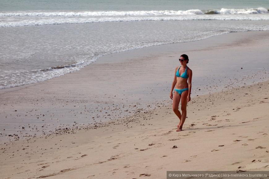 Курортная зона Джимбаран — роскошный туристический центр острова Бали. Курорт полностью соответствует представлениям об элитном и изысканном отдыхе. Большинство отелей высшего класса. Лучшие из них — «представители» Intercontinental, Ritz Carlton и Four Seasons. Обширные зеленые территории плавно спускаются к океану. Скалистый склон заканчивается островками песчаных пляжей. Виллы дополняют картину спокойствия, роскоши и комфорта. Отсюда открывается широчайшая панорама Индийского океана. Восхитительные виды залива Джимбаран Бэй радуют глаз фантастическими красками на восходе и закате солнца. Прочитав с будущим мужем такое описание, мы, не долго думая, решили остановить свой выбор именно на Джимбаране и отеле Интерконтиненталь!