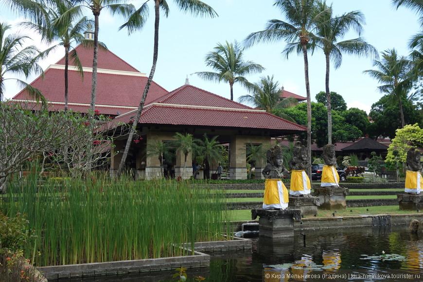 Джимбаран – самый новый курорт на Бали, расположенный в юго-западной части острова. Огромным плюсом этого места считается его расположение, до столицы – Денпасара всего лишь 10 километров и в 20 километрах от еще одного очень знаменитого места отдыха – пляжи Нуса-Дуа.