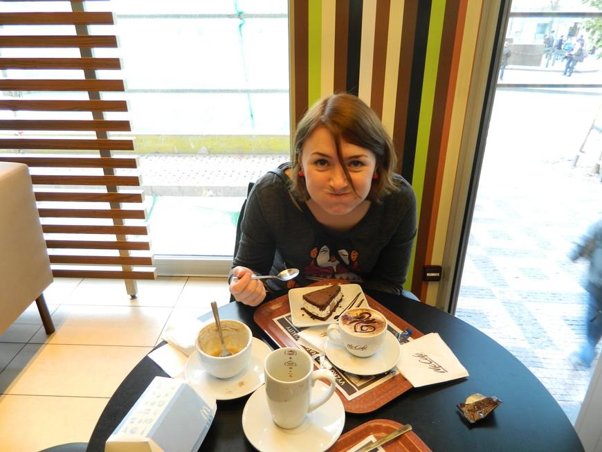 большой минус Праги, на мой взгляд, это то, что многие кафешки открываются с одиннадцати.  Так как я жаворонок мне приходилось завтракать в магдаке.