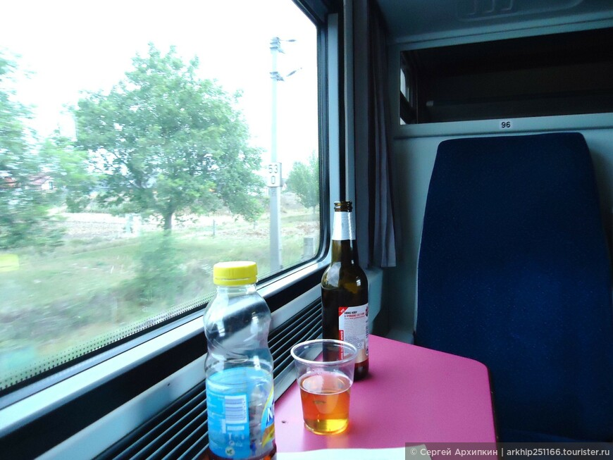 17 июля 2012 года я рано утром в 06.42 сел на поезд - Прага-Вена, билет на который я купил за 2 месяца по интернету и обошелся он мне в 19 евро. Распечатал его еще дома на принтере и предъявил кондуктору, который благополучно запустил меня в полупустой вагон, место в билете не указано ,так что можно садиться на любое место.   В Вену я приехал в 11.22 на станцию -Wien Meiding, на этой же станции находится и станция метро на которой я доехал до гостиницы и оставив вещи пошел осматривать Вену.