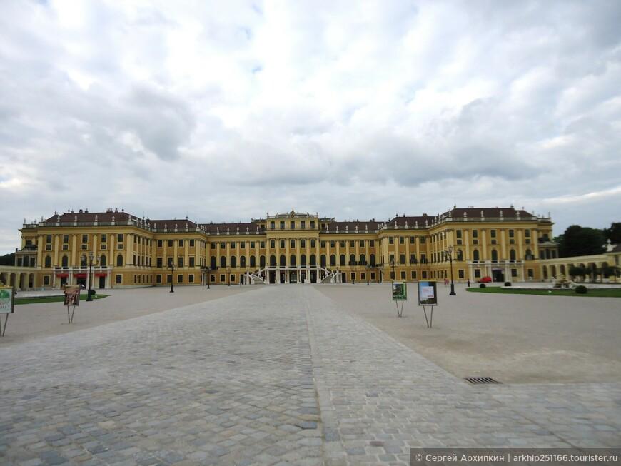 Императорский дворец Шёнбурнн  относиться к барочным дворцам и причислен ЮНЕСКО к мировому культурному наследию,расположен на бывших охотничьих угодьях. Строительство началось в 1695 завершилось в 1713 году.