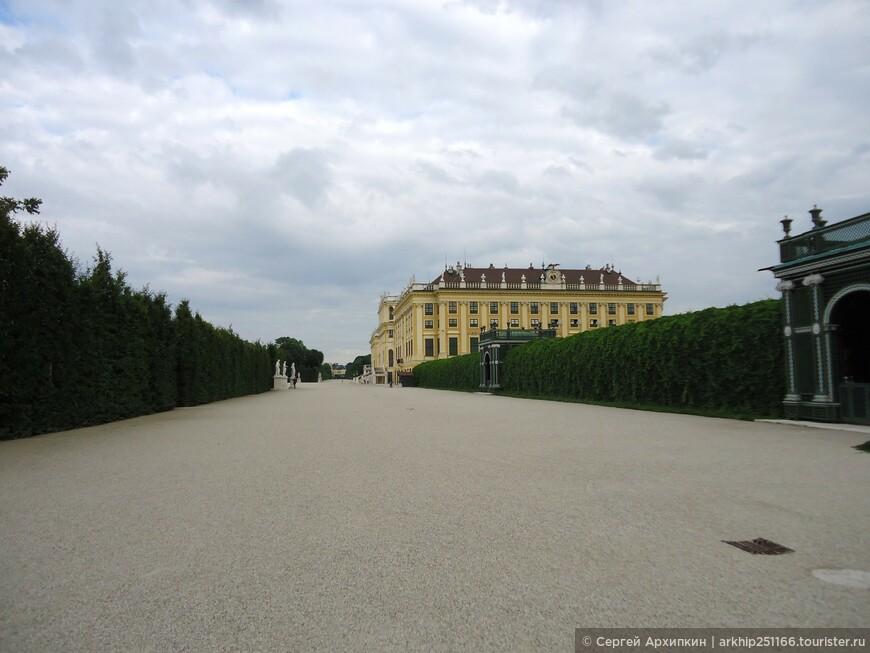 Я прошел вправо от дворца нашел проход и оказался в парке