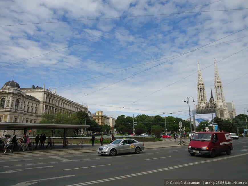 Далее вышел к площади Розевельф,где расположена  церковь в нео-готическом стиле, построенная в 19 веке