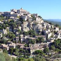 Вид на Горд со смотровой площадки.Горд – одна из самых красивых деревень Франции, входящая в состав горного парка Люберон.  Живописно расположилась на холме каменным мешком.