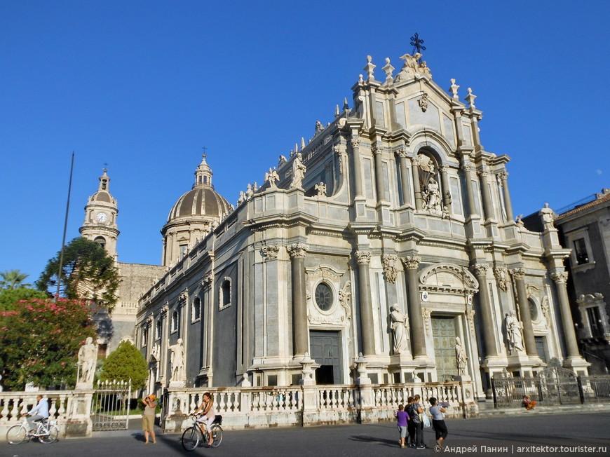 Кафедральный собор. В соборе похоронен Винченцо Беллини.