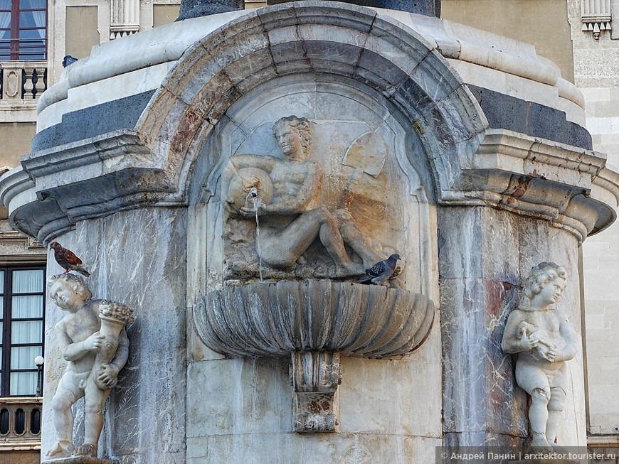 Статуи в основании памятника изображают две реки Катании. Это льёт воду одна из них.