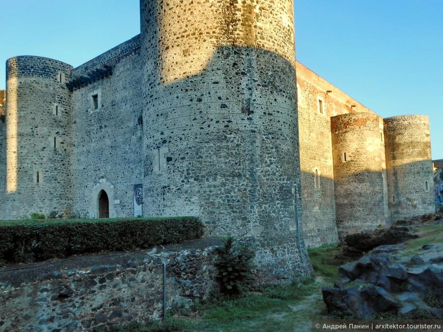 Во время строительства замка в 13 веке, он находился на выступающей в море скале и соединялся с берегом узким перешейком. Но после извержения Этны в 1669 году, он оказался далеко от моря. Сейчас это центр города.