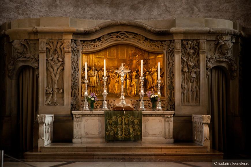 Немногочисленные сохранившиеся части. Все остальное голое и бетонное. Зато в  каждом соборе есть история, как он строился и выглядел на рисунках, как горел или был разрушен в бомбардировке и как шла его реставрация.