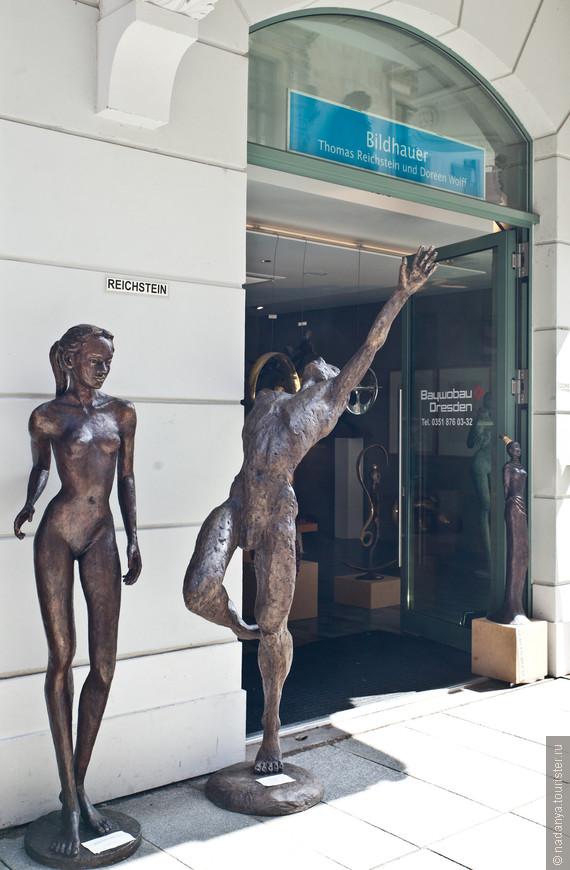 Жертвы анорексии:)) Ладно-ладно,это какая-то жутко крутая галерея:)